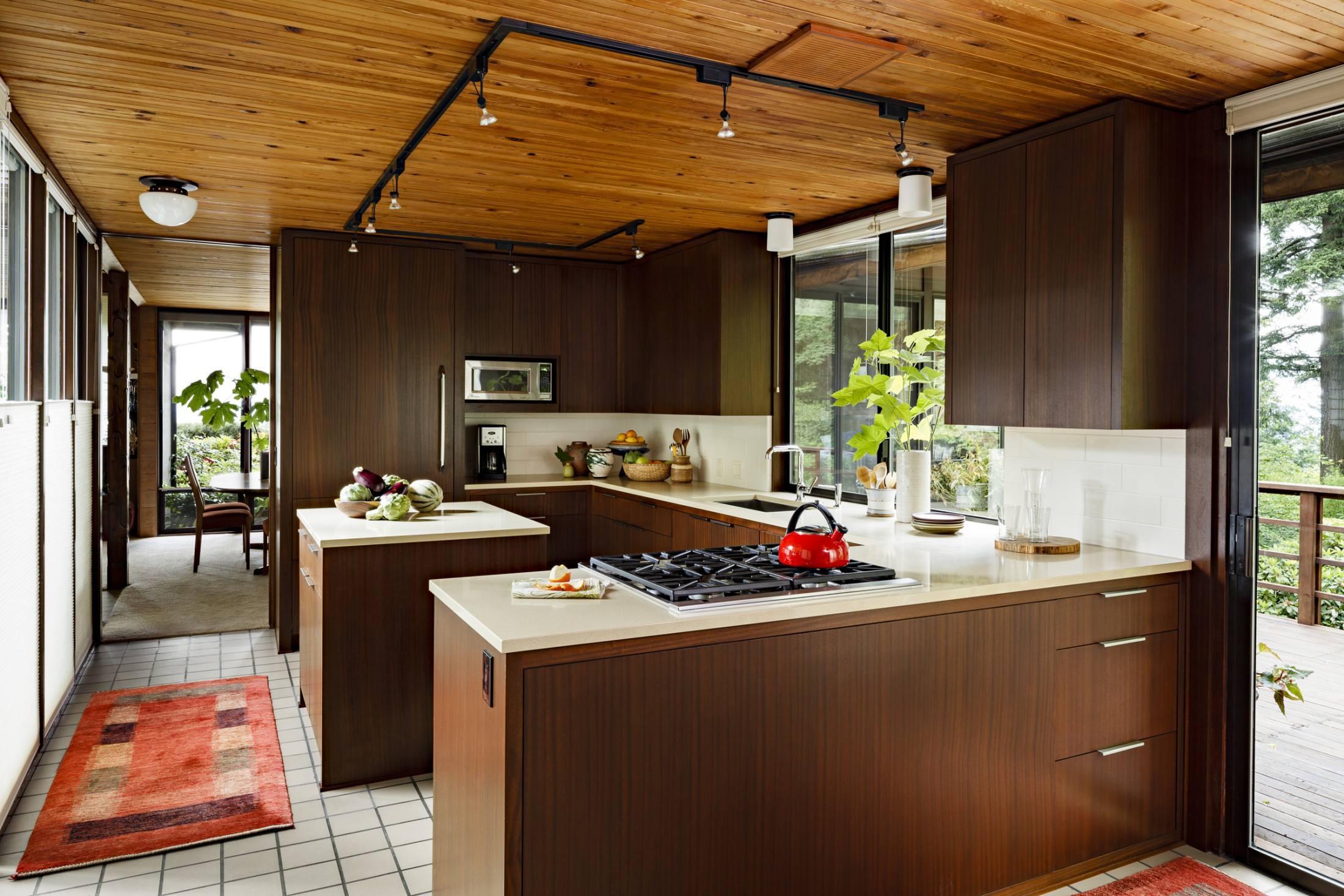 Ide dapur ber a midcentury modern Sumber katwillsonphotography